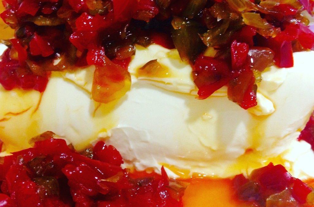 Pimientos confitados sobre queso crema
